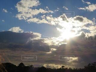 自然,風景,空,屋外,太陽,朝日,雲,夕暮れ,壮大,樹木,雄大,正月,お正月,日の出,新年,初日の出,日中,雲の隙間,照らす