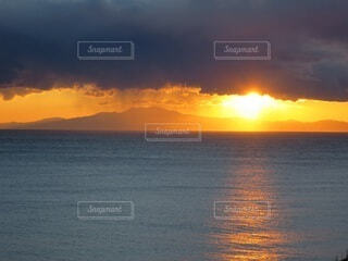 自然,風景,海,空,屋外,太陽,朝日,ビーチ,雲,夕暮れ,水面,海岸,壮大,雄大,神秘的,正月,お正月,地平線,日の出,新年,初日の出,コントラスト,穏やか