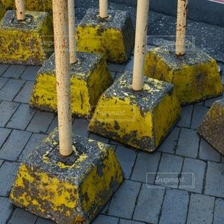 黄色い車止めの写真・画像素材[4136036]