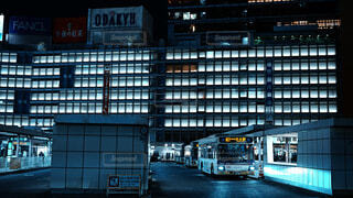 風景,建物,夜,夜景,東京,駅,都市,ライト,都会,バス,照明,ブルー,新宿,デパート,新宿駅,百貨店