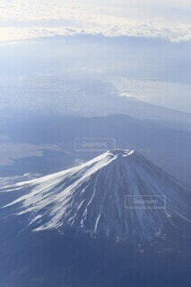 雪に覆われた山の眺めの写真・画像素材[4103126]
