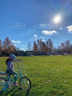 空,自転車,屋外,雲,遊び場