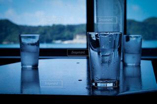 建物,屋内,湖,ジュース,夕暮れ,水面,景色,ガラス,テーブル,液体,ボトル,グラス,カップ,カクテル,焚き火,ドリンク,寺,焚火,飲料,ショットグラス,ロックグラス,山腹,パイントグラス,ハイボールグラス