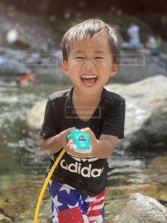 子ども,風景,屋外,川,水面,笑顔,イタズラ