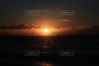 自然,風景,空,屋外,太陽,朝日,ビーチ,雲,黒,暗い,水面,オレンジ,正月,お正月,地平線,日の出,新年,初日の出,橙,穏やか,フォトジェニック