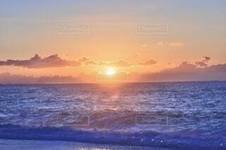 自然,風景,海,空,屋外,太陽,朝日,ビーチ,雲,青,水,波,水面,海岸,夜明け,オレンジ,光,正月,お正月,地平線,日の出,新年,初日の出,橙,穏やか,フォトジェニック