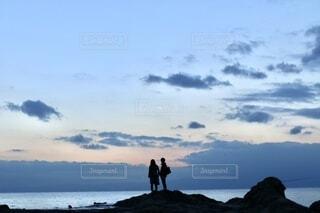 自然,海,空,カップル,屋外,ビーチ,雲,青,夕焼け,夕暮れ,水面,海岸,影,シルエット,岩,人,旅行,旅,二人,彼氏,日中,彼女,黄昏時,フォトジェニック