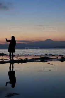 浜辺に立つ人の写真・画像素材[4115028]