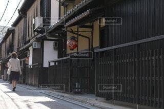 女性,風景,建物,屋外,京都,歩く,窓,都会,道,人,旅行,旅,ドア,歩道,通り