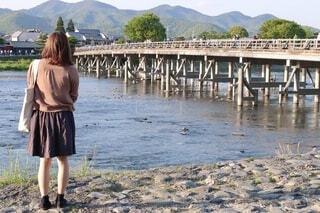 女性,空,橋,屋外,京都,湖,ビーチ,川,水面,山,人物,人,旅,地面,渡月橋