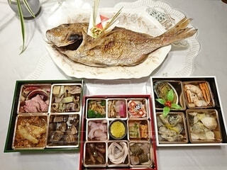 テーブルの上はお正月鯛とおせち料理の写真・画像素材[4081441]