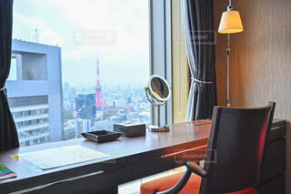 窓から東京タワーの見える高層ホテルのデスクの写真・画像素材[4281335]