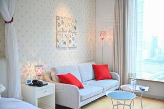 広い窓から光が差し込むソファーがおかれた部屋の写真・画像素材[4285689]
