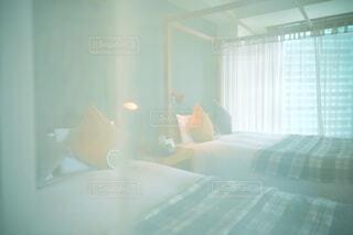 ホテルの部屋の大きなベッドでの写真・画像素材[4286176]