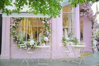 家の前にピンクの花で満たされた花瓶の写真・画像素材[4286218]