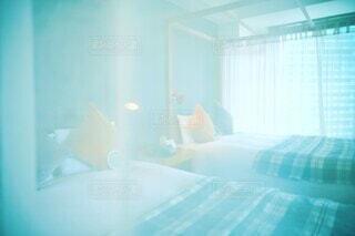 朝のベッドルーム(ベッド、窓)の写真・画像素材[4291766]