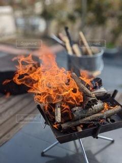 裏庭のデッキで焚き火の写真・画像素材[4097997]