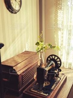 花,屋内,木,花瓶,カーテン,時計,レトロ,テーブル,植木鉢,壁,家具,観葉植物,ミシン,ウッド,テキスト,木漏れ陽
