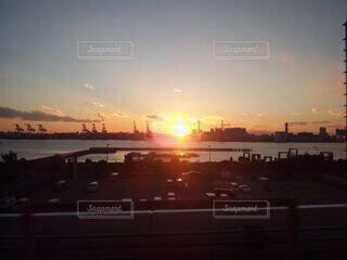 風景,海,空,太陽,朝日,雲,水面,朝焼け,日の出,工場地帯