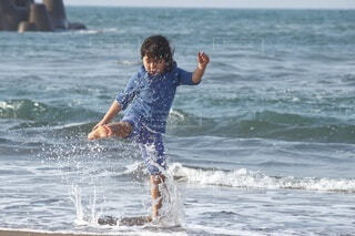 風景,海,スポーツ,屋外,ビーチ,波,水面,人物,人,こども,sea,若い,マリンスポーツ,夏先取り,エンジョイ,wave,enjoy,暖かい日