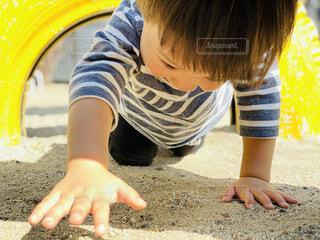 タイヤのトンネルをくぐる男の子の写真・画像素材[4155042]