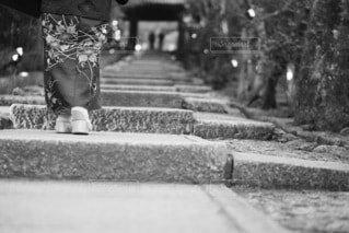 着物で石畳を歩くの写真・画像素材[4090073]