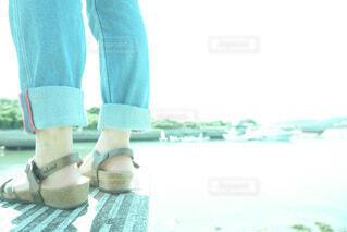海辺に立つ人の足元の写真・画像素材[4090979]