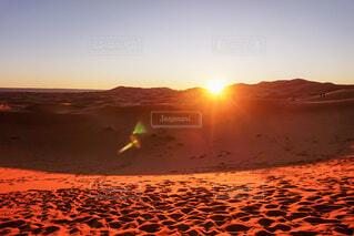 自然,風景,空,屋外,太陽,朝日,砂,砂浜,足跡,オレンジ,光,旅行,砂漠,旅,正月,朝,砂丘,お正月,日の出,モロッコ,一人旅,新年,初日の出,早起き,サハラ砂漠,感動旅