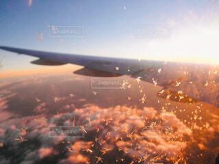 夕日に照らされる翼と雪の結晶の写真・画像素材[4092679]
