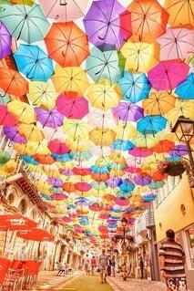 空に広がる無数の傘の写真・画像素材[4098209]