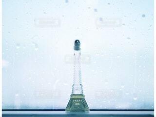 雨の日の窓際に瓶のボトルの写真・画像素材[4104370]
