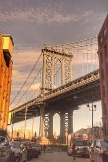 夕焼けに染まる橋の写真・画像素材[4104377]