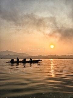 自然,湖,太陽,朝日,雲,ボート,夕暮れ,水面,正月,お正月,日の出,新年,初日の出