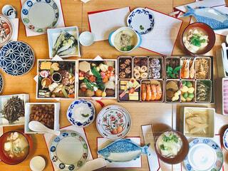 お正月にお節料理がたくさん並ぶ食卓の写真・画像素材[4089326]