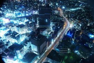 夜の青く光る都市の長めの写真・画像素材[4091355]