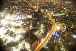 ビルの光が輝く都会の写真・画像素材[4091354]