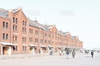 建物の前をたくさん人達が歩いている休日の写真・画像素材[4091414]