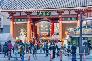 浅草雷門の前を行き交う人々の写真・画像素材[4092739]