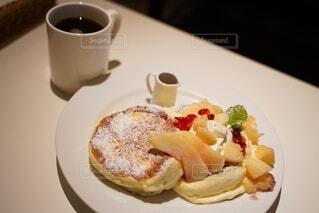桃のパンケーキとコーヒー一杯の写真・画像素材[4100880]