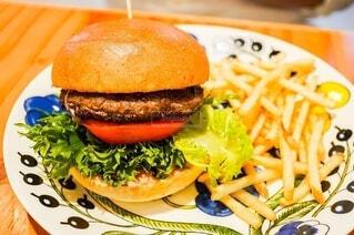 アラビアの皿にのったハンバーガーとポテトの写真・画像素材[4100883]