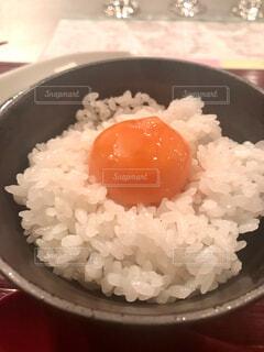 つやつやな黄身がのってる卵かけご飯の写真・画像素材[4104650]
