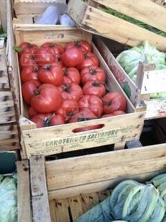 木箱に入ったトマトキャベツなどの新鮮な野菜の写真・画像素材[4104647]