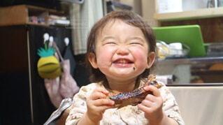 お肉を食べて笑顔の女の子の写真・画像素材[4091303]