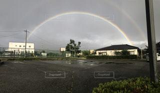 フィールドに虹がかかったの写真・画像素材[812652]