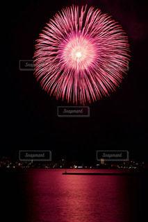 水の体の上の花火の写真・画像素材[1310478]