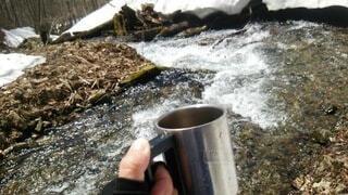 川とコップ一杯の水の写真・画像素材[4091904]