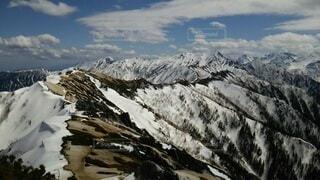 雪に覆われた山の眺めの写真・画像素材[4091995]