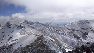 雪に覆われた山の眺めの写真・画像素材[4093041]
