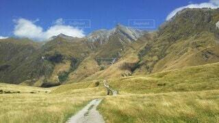 山と道と青空の写真・画像素材[4098664]