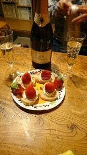 テーブルの上のいちごケーキとシャンパンの写真・画像素材[4113863]